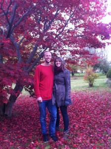 Eirik og Trine i mormors hage